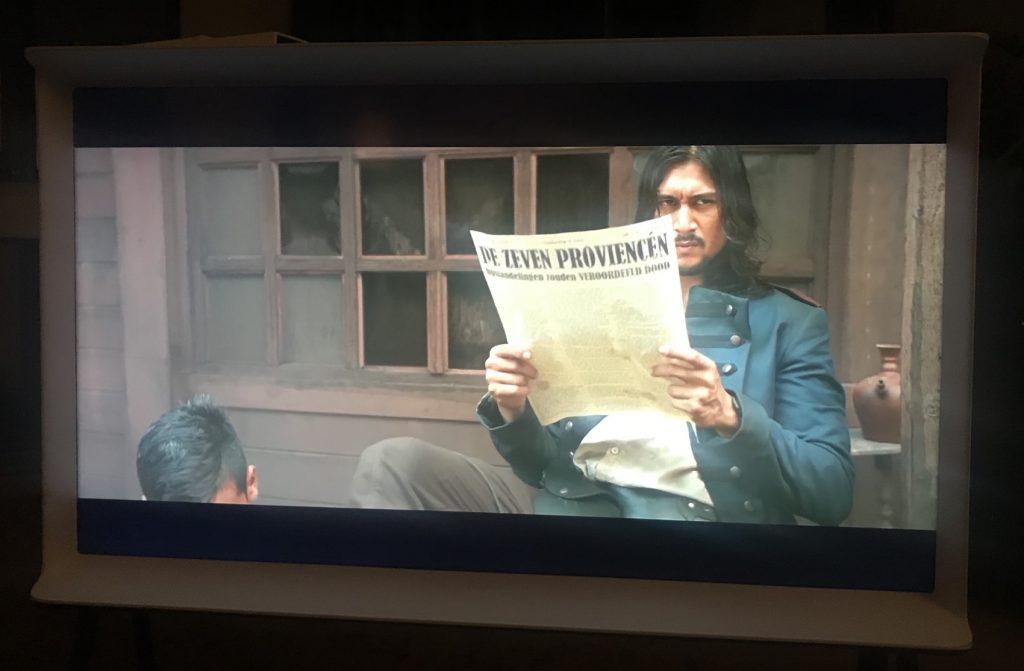 Koloniaal leest de krant